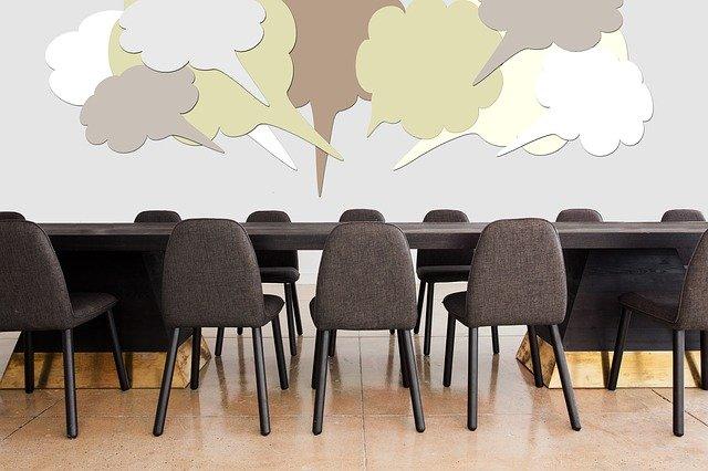 Conseil Administration Epireuil - salle de réunion vide avec bulles de dialogue
