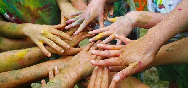 Ateliers de valorisation Epireuil - Mains jointes de différentes personnes pleines de peinture